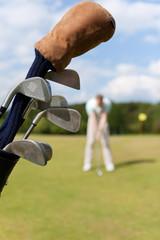 golfspieler mit tasche