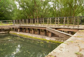handbetriebene alte Schleuse bei Niedrigwasser