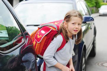 Mädchen auf dem Schulweg