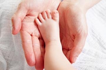 Babyfuss in Mutterhänden