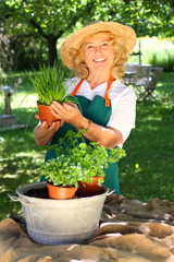 Gärtnerin im Kräutergarten