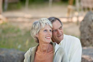 älteres ehepaar sitzt draußen