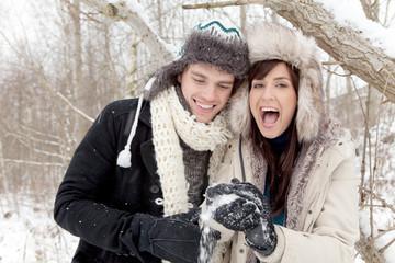 freudiges pärchen im schnee wald