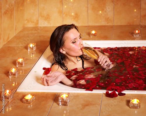 Девушка принимает ванну, попивая шампанское  258222