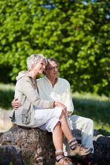älteres paar genießt die sonne