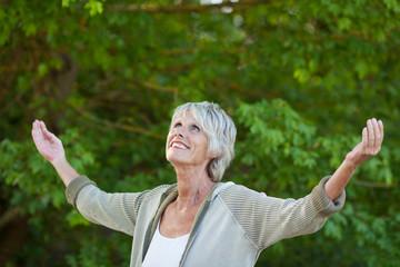seniorin genießt die frische luft