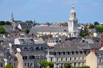 Toits d'ardoise d'Angers en France avec l'église de la Trinité