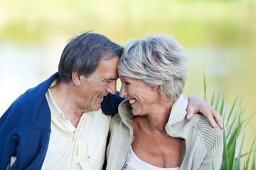 verliebtes älteres paar am see