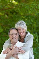 glückliches paar in der natur
