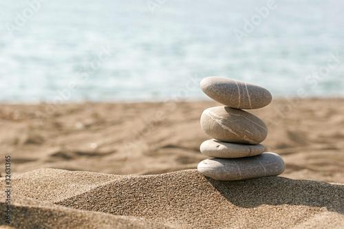 entspannung am strand steine im sand stockfotos und. Black Bedroom Furniture Sets. Home Design Ideas
