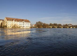 Steinerne Brücke im Hochwasser
