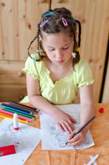Kind malt Osterbilder