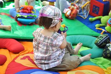 bébé fille qui joue sur son tapis d'éveil d'activité