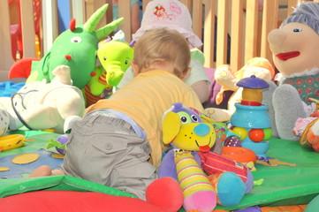 bébé s'éveille avec son tapis air de jeux