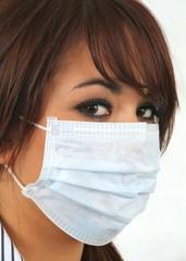Junge Frau mit dem Mundschutz