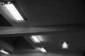 Obraz stare świetlówki na suficie - fototapety do salonu