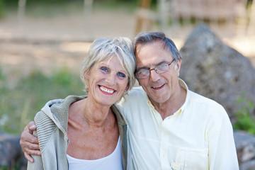 entspanntes älteres ehepaar sitzt draußen