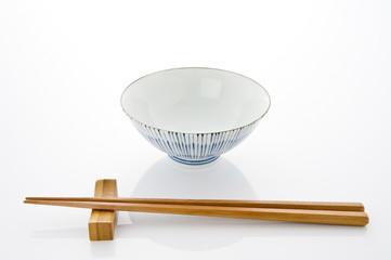 和の茶碗と箸のテーブルセッティング