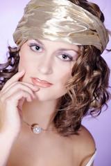 Hübsche Frau mit goldenem Kopftuch