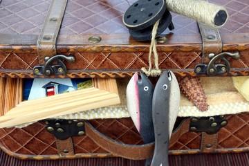 valise pleine d'objets: concept de vacances estivales