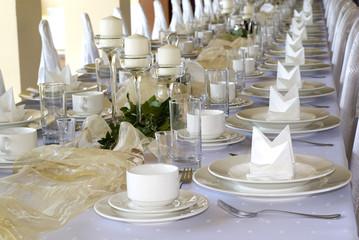 Hochzeitstafel mit Tellern und Servietten