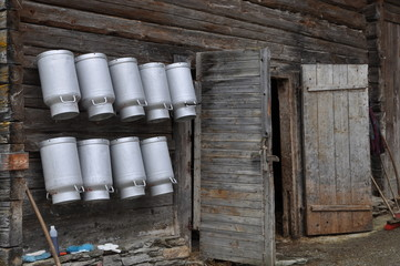 Milchkannen an einer Almhütte Wall mural