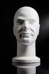 tête de mannequin blanche sur fond noir