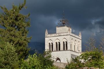 Крыши города Ди перед грозой. Франция.