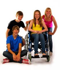 vier Teenager im Rollstuhl lächeln