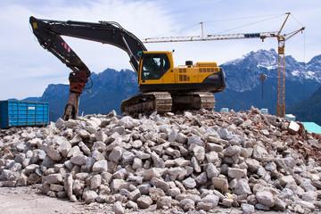 Abriss einer Seilbahn Berg-Stadion mit dem Abbruchhammer