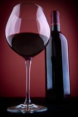 Elegante copa y botella de vino.