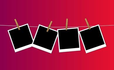 Polaroid appese su sfondo colorato
