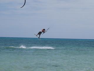 springender Kite-Surfer