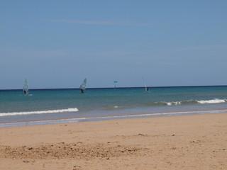 Surfer in Strandnähe bei ruhigem Meer