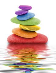 Obraz zen regenbogen kieselsteine im wasser - fototapety do salonu