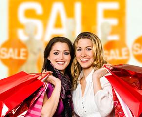 Zwei Frauen gehen einkaufen