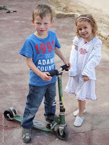Fr re et soeur jouant dans la cour gar on 6 ans fille 4 for Modele chambre garcon 6 ans