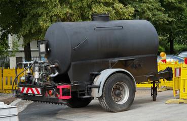 Tankwagen für Teer beim Strassenbau