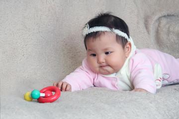 ребёнок, азиат . с игрушками.