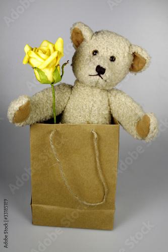 teddy mit gelber rose in papiert te stockfotos und. Black Bedroom Furniture Sets. Home Design Ideas
