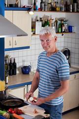 Mann beim Nudelkochen in der Küche