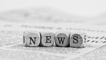 Holzbuchstaben liegend auf einer Tageszeitung News