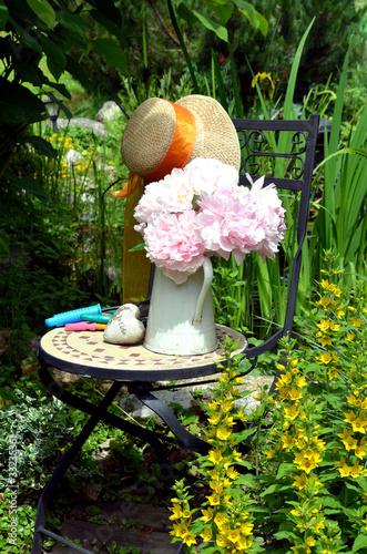 Stuhl garten blumen dekoration stockfotos und lizenzfreie bilder auf bild 33235361 - Stuhl dekorieren ...