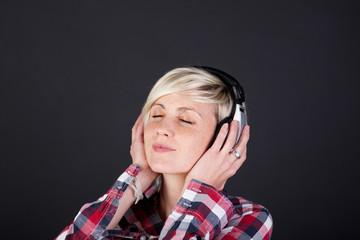 moderne junge frau hört musik