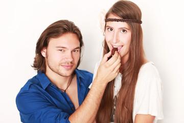 Mann und Frau mit Praline