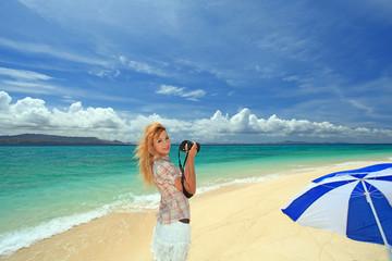 水納島の美しい風景を撮る笑顔の女性