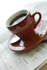 Morgenzeitung und einen Espresso
