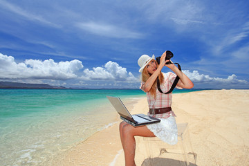 水納島で撮影を楽しむ笑顔の女性
