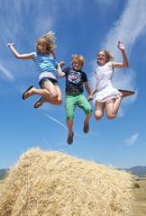 3 springende Kinder