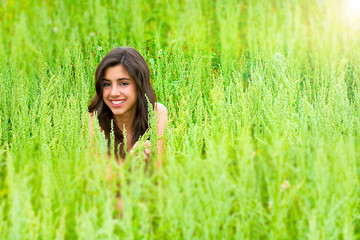 Chica morena disfrutando del campo